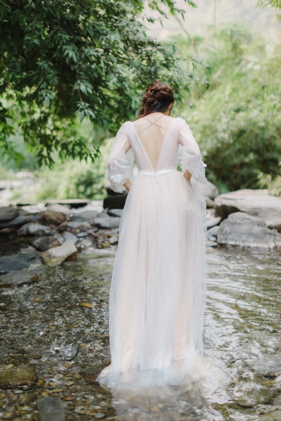 美式婚紗創作河畔篇 | INSPIRATION | Chill美式逐光婚紗 美式婚紗創作河畔篇 / 油畫 河邊 婚紗 / 美式婚紗婚禮 / Chill , 今年秋天,我們前往南投的小溪流 ,拍攝了這組 Chill 油畫感 創作 ,Ann挽起頭髮,拿著水平在溪邊舀水,好似一幅美麗的油畫-頭頂水果籃的少女。這是一次非常深刻的 靈感 人物 創作 拍攝經驗,到了拍攝尾聲,陽光微微露臉,我們也順利拍攝AG專屬的 逐光 美式 婚紗。