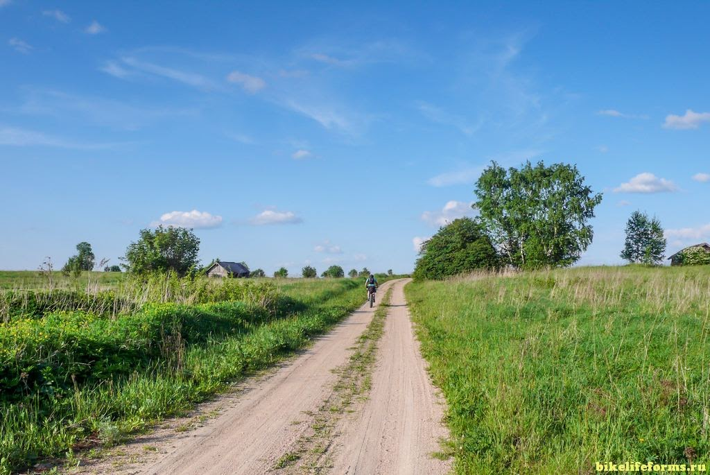на велосипедах вдоль берегов Рачайны