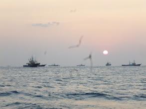 Photo: ものすごい船の集団が近くを通って・・・。