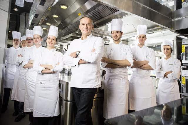 パリミシュランフランス版三ツ星ルサンククリスチャンルスケシェフ厨房写真