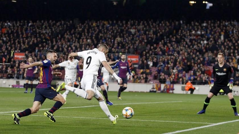 Benzema asistiendo a Lucas en el 0-1 del Madrid.