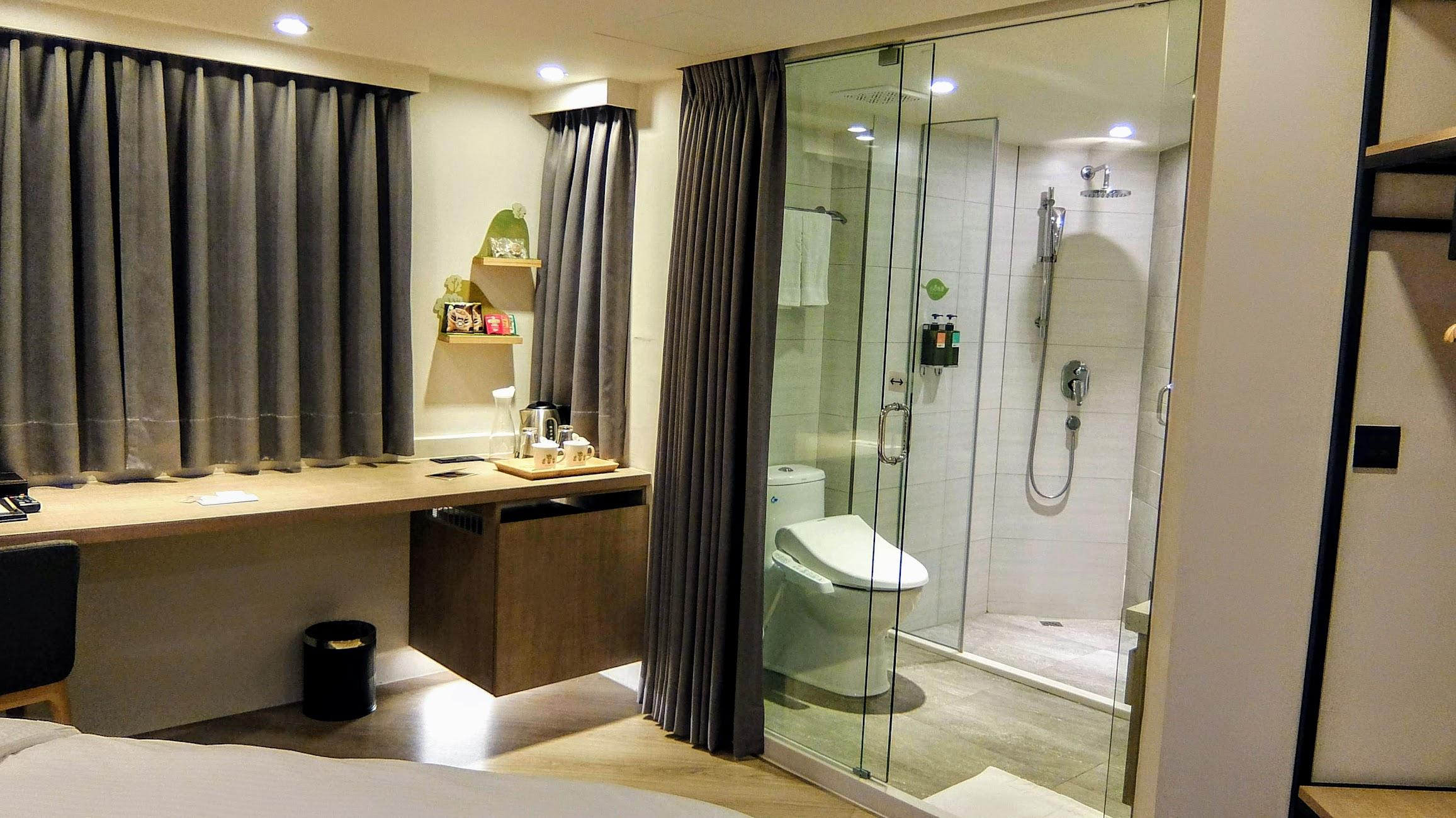 有書桌,有冰箱...另外廁所/浴室是很開放式的,還好有帘子可以拉