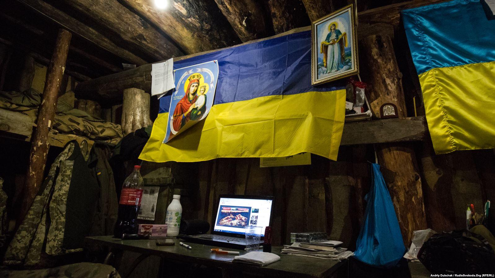 Ікони та прапори у жилій землянці