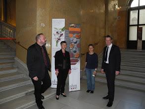 Photo: De gauche à droite : Mathias HARZHAUSER, Directeur de la partie Géologie-Paléontologie du Musée NHM, Sabine PETIT Directrice IC2MP, Sabine RIFFAUT IPHEP, Yves JEAN Président de l'Université de Poitiers.
