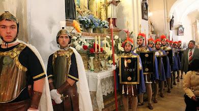 Photo: ... i Dijous Sant els Armats entren a l'església .