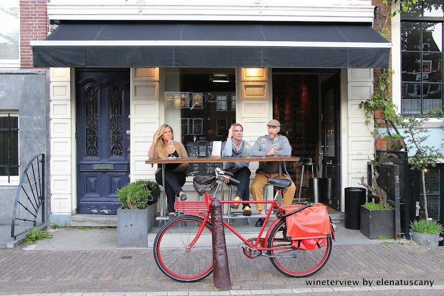 vyne, vyne amsterdam, wine bar, wine bar amsterdam, enoteca, enoteca amsterdam, vino amsterdam, locale amsterdam, vino, wine lovers, wine, amsterdam, bicycle, bicicletta amsterdam, bicicletta ross a, red bicycle, olanda,