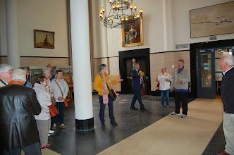 Photo: Karel brengt de groep bij de schepen.