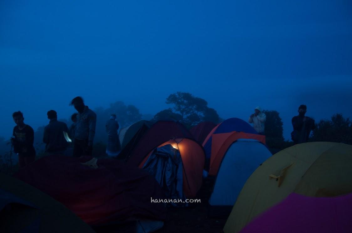 Keramaian di puncak Cikuray saat subuh. Dinginnya sampai ke tulang.