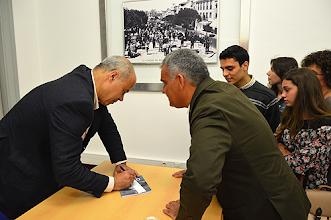 Photo: No final houve uma sessão de autógrafos