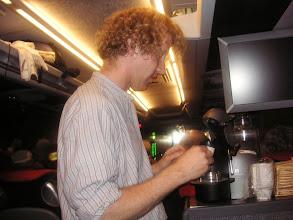 Photo: Simon der Spezialist an der Kaffeebar im Car.  Gelernt ist gelernt.