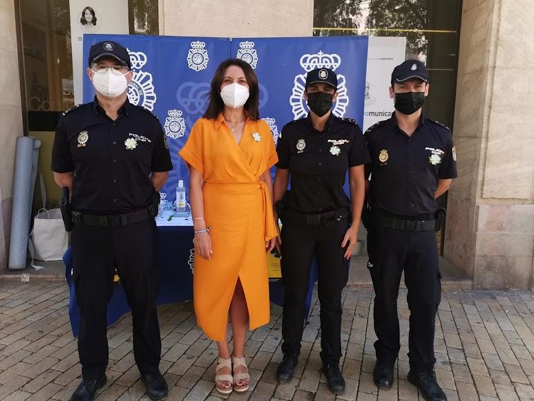 La Policía Nacional y la presidenta de la AECC-Almería en su mesa petitoria de Puerta de Purchena.