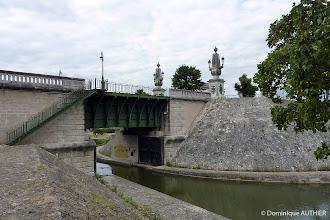 Photo: Vue de profil de l'entrée du canal de Briare. Ancienne photo prise en 2010