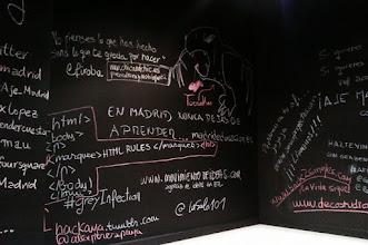 Photo: Si quieres un baño para ser creativo, las paredes una pizarra (en garAJE Madrid) :)