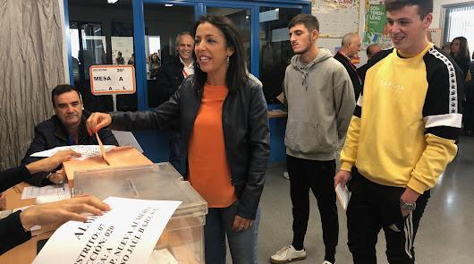 Marta Bosquet ha votado acompañada de sus dos hijos, Antonio y Nacho.