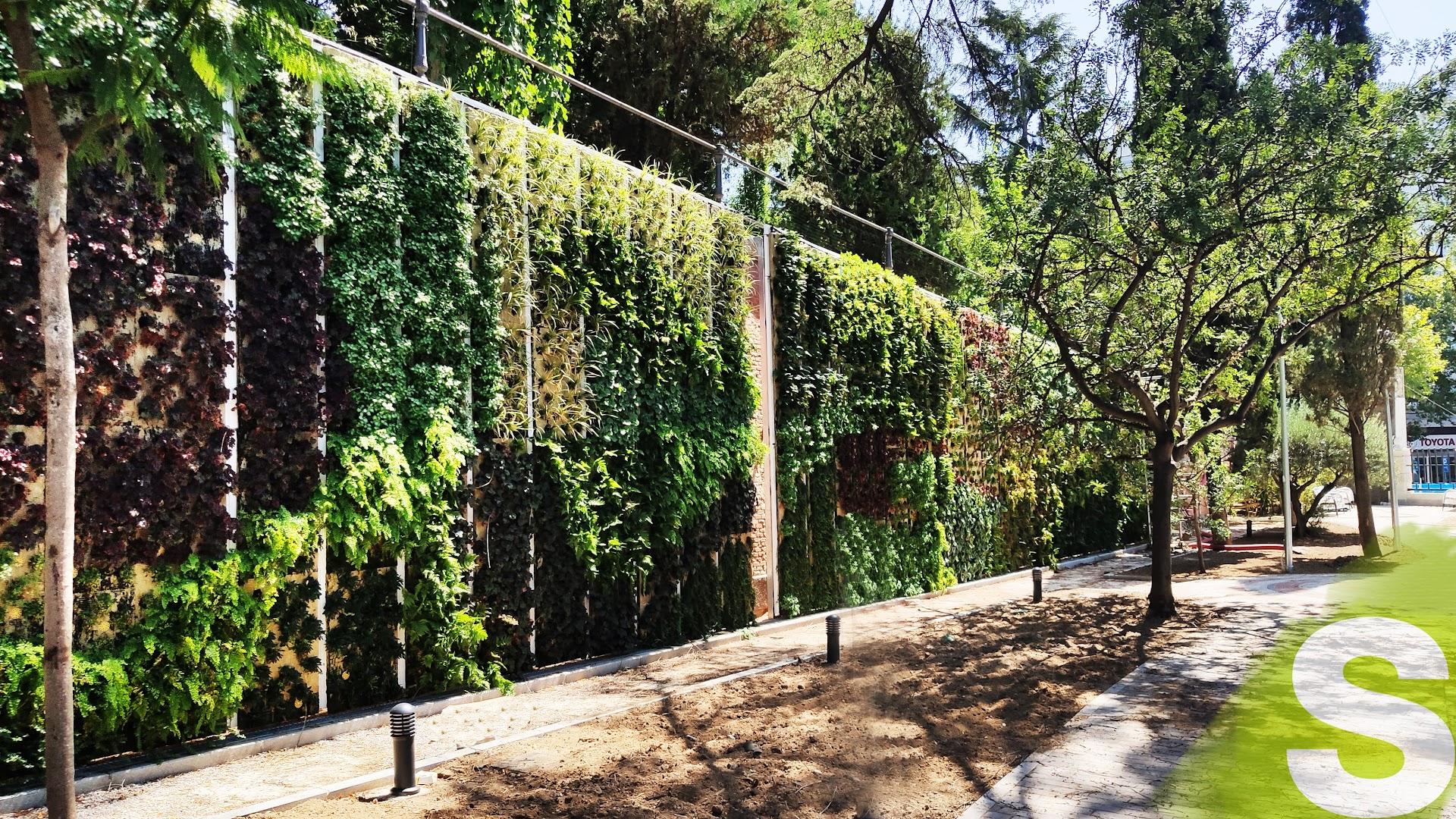 Jardín vertical en la empresa pública Canal Isabel II en la calle