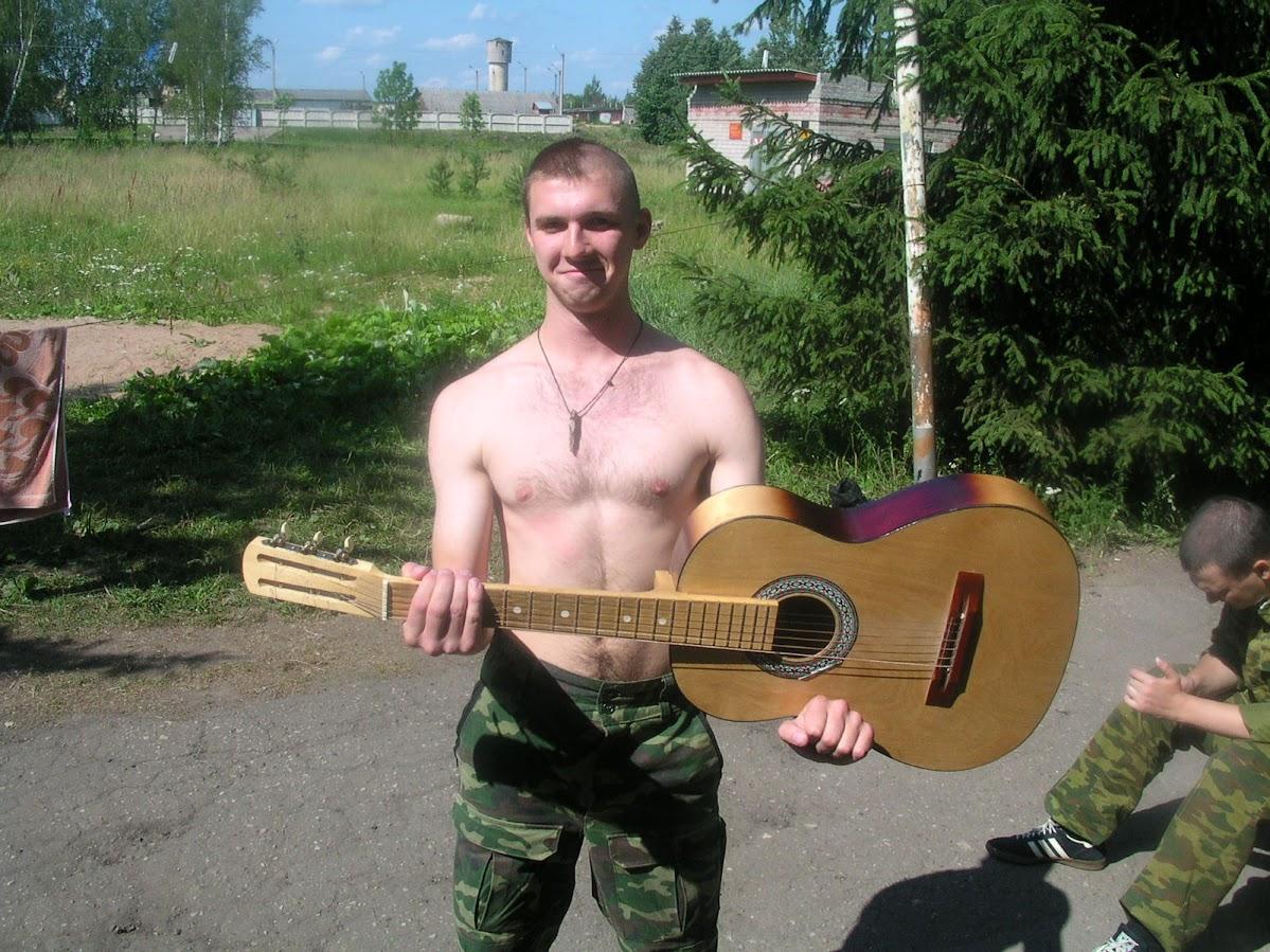 Игорь с гитарой у крыльца. Панк