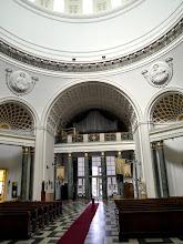 Photo: A kupolában felirat hirdeti, hogy a templom a Magyarok Nagyasszonya tiszteletére és I. Ferenc József emlékére épült.  A felirat alatt a négy evangélista domborművét helyezték el.