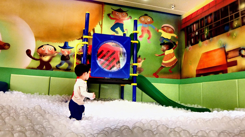 當然最受小朋友歡迎的是最後面的球池和玩具場!!! 一直泡在裡頭不想回房...另外這邊也有說故事/活動的地方喔,有的要事先預訂才能參加...