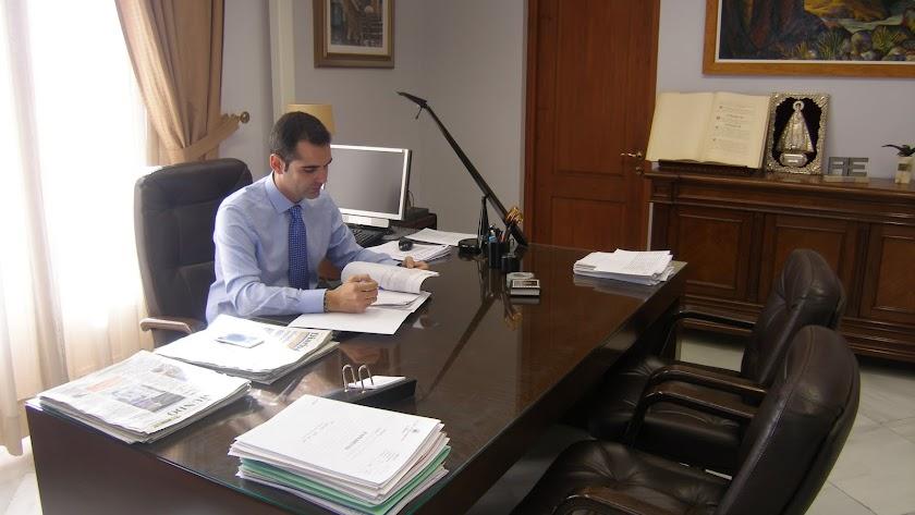 El alcalde cuando firmó la primera de las cartas enviadas al ministro de Fomento.