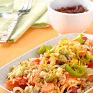 Nasi Goreng met krabsticks, gefruite knoflook en citroen