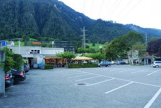 Photo: Grosser Parkplatz und im Hintergrund das Gartenrestaurant