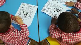 fotografía del alumnado realizando sus tareas.