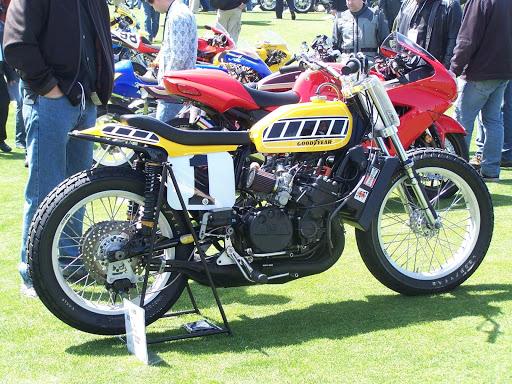 la-yamaha-4-cylindres-de-dirt-track-pilotee-par-keny-roberts-a-half-moon-