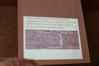 Photo: Teksten over kirkedøren til Bjernede Kirke.