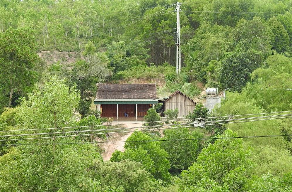 Nhiều hộ dân sống cạnh bìa rừng nhưng không có đất để canh tác