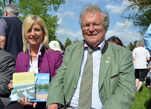 Photo: Auch die bayerische Umweltministerin Ulrike Scharf erhielt von Prof. Dr. Hubert Weiger ein Exemplar des Buches. © Bund Naturschutz