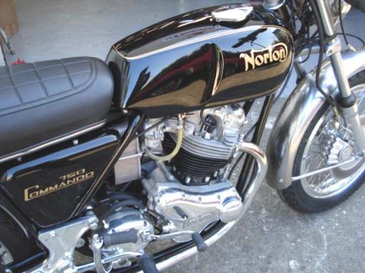 Vue latérale du côté droit de la Norton Commando Roadster 1971 restaurée dans les ateliers de Machines et Moteurs