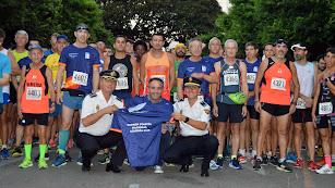 Miembros de la Policía Nacional y corredores posan antes del inicio.