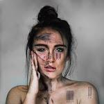 portret van vrouw met op diverse plaatsen een streepjescode met teksten als: fat, ugly en stupid