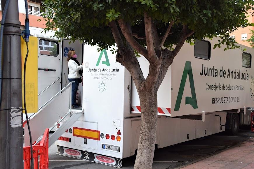Los ciudadanos almerienses empiezan a llegar para el cribado de población en Almería.