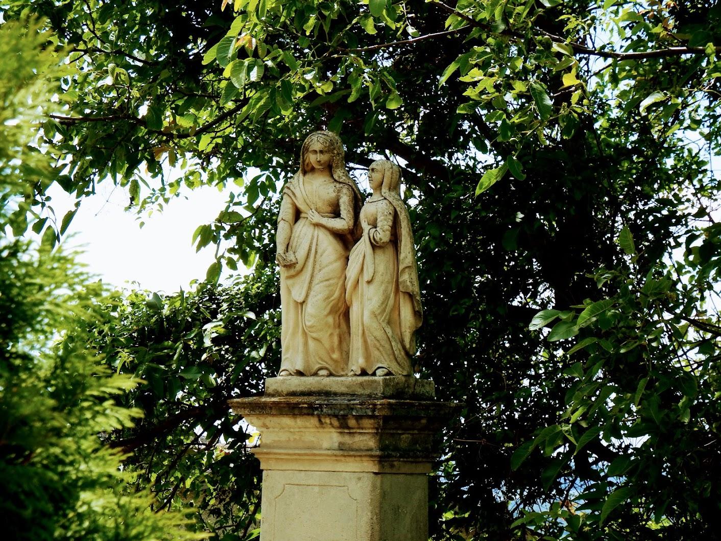 Lendavske Gorice (Lendvahegy) - kip sv. Ane in Marije pre crkvi sv. Trojice (Szent Anna- és Mária-szobor a Szentháromság-templom mellett)