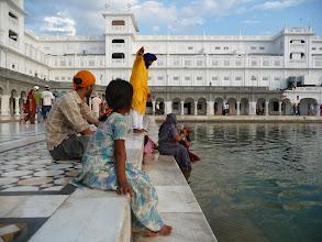 Photo: Amritsar, Zlaty chram, stráž vykazuje ženy z vody