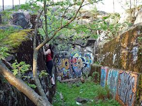 Photo: Fokozzuk: graffiti erdőben, kibányászott sziklák helyén, amire lehet mászni is, csak kicsit instabil