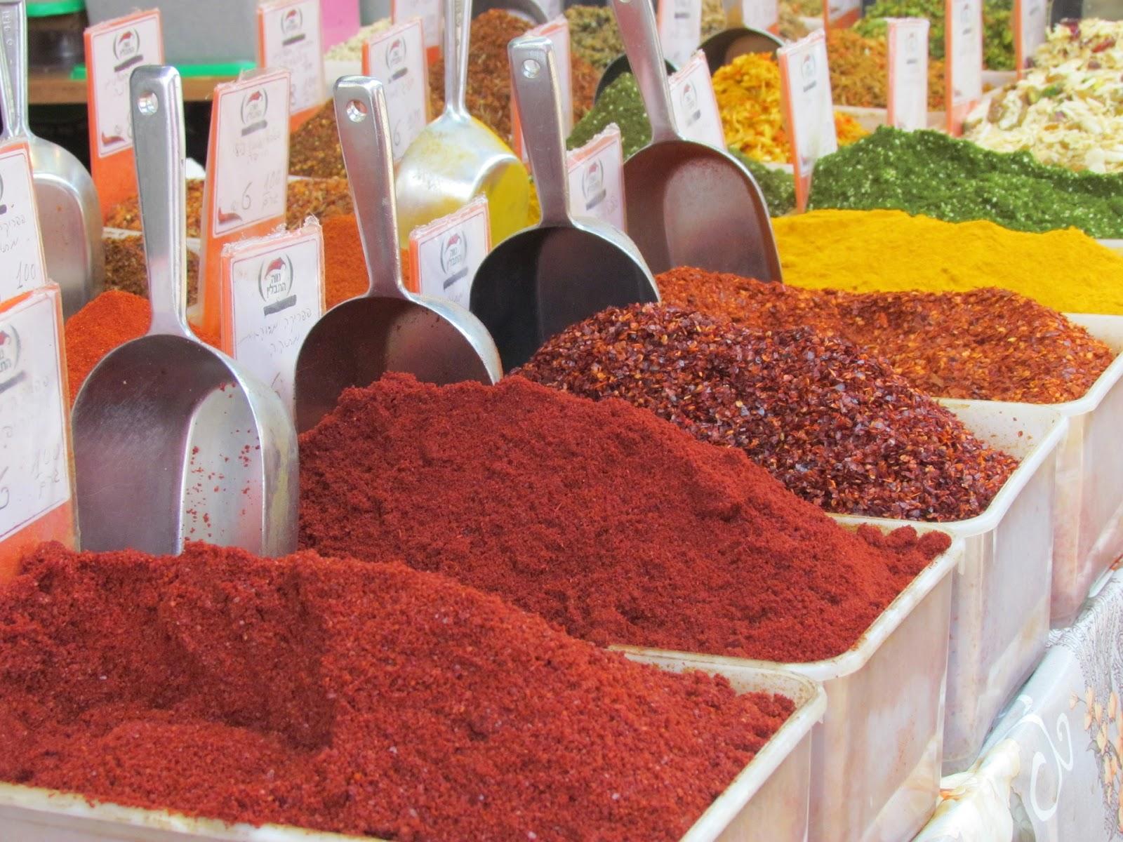 תבלינים במגוון צבעים בתוך קופסאות בשוק