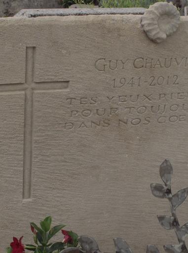 """Croix sculptée sur pierre en creux """" à l'égyptienne"""" dans une dalle de réemploi dans un cimetière de village en Drome Provençale 26"""