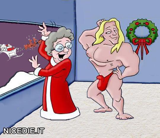 La moglie di Babbo Natale saluta alla finestra mentre guarda il suo amante muscoloso