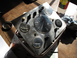 Photo: Le tableau de bord du moteur est démonté et prêt à être sérigraphié