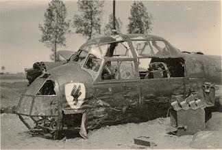 Photo: 1940 Noodlanding van een duitse Junkers JU-88 bommenwerper in de buurt van de boerderij van de familie Van Beek. Het toestel kwam vroeg in de morgen neer in de buurt van de boerderij van de familie Van Beek. Drie van de vier bemanningsleden kwamen hierbij om het leven. De enige overlevende is krijgsgevangen gemaakt. Van 3 tot 7 augustus 1940 zijn 11 Duitse soldaten van de Fliegerhorstkommandantur bezig geweest om de Junker weg te halen. Zij waren ingekwartierd bij Beekse families