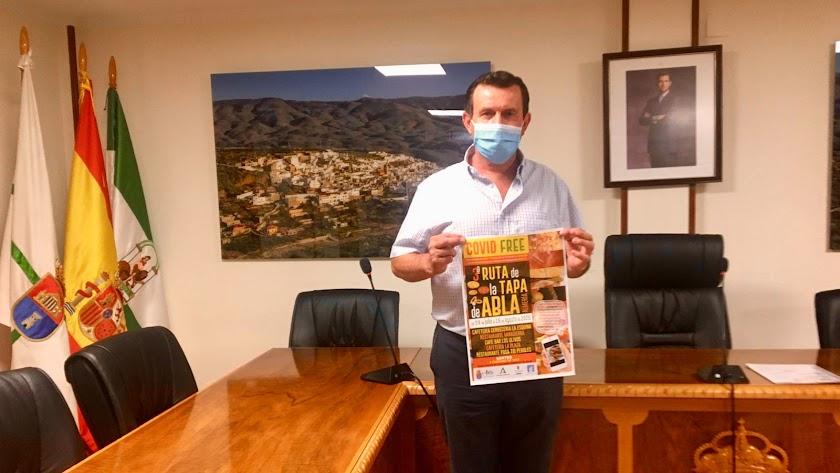 El alcalde de Abla con el cartel del evento.