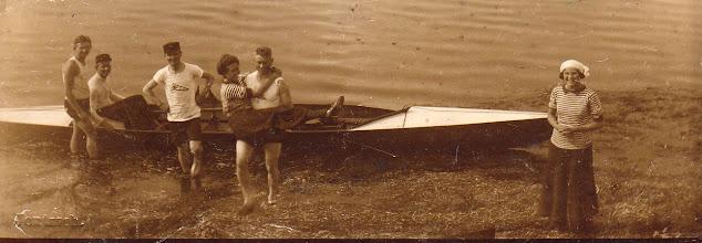 Photo: 1909-1915 Odense Roklub på tur til Roholm i Odense Fjord.