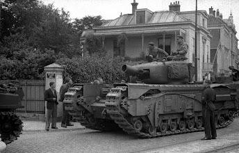 Photo: 0017. Bevrijding, een tank op het Plein 1813, rechts de Alexanderstraat richting Javastraat .  http://www.loki-travels.eu/