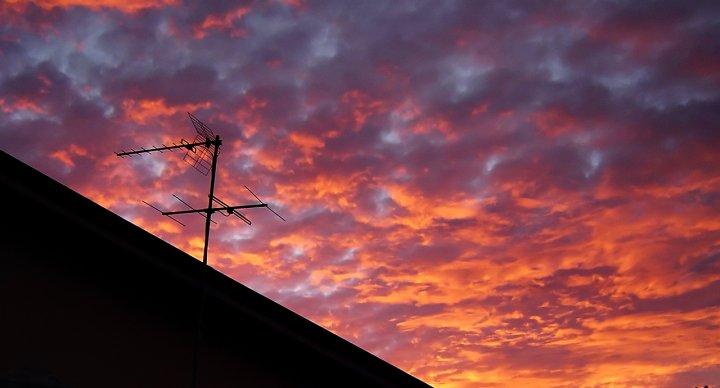 alba e nuvole sul tetto di marselo