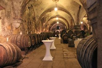 Photo: Ved udgangen fik vi et blik ind i vinkælderen, hvor de enorme vinankre ligger.