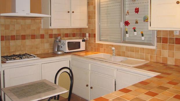 cuisine-avant-renovation-en-beton-cire-plan-de-travail-credence-les-betons-de-clara-carrelage