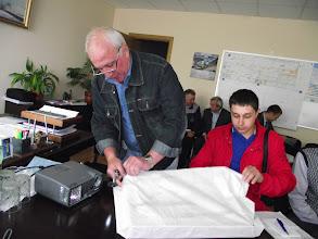 Photo: Руководитель делегации распаковывает тульский гостинец