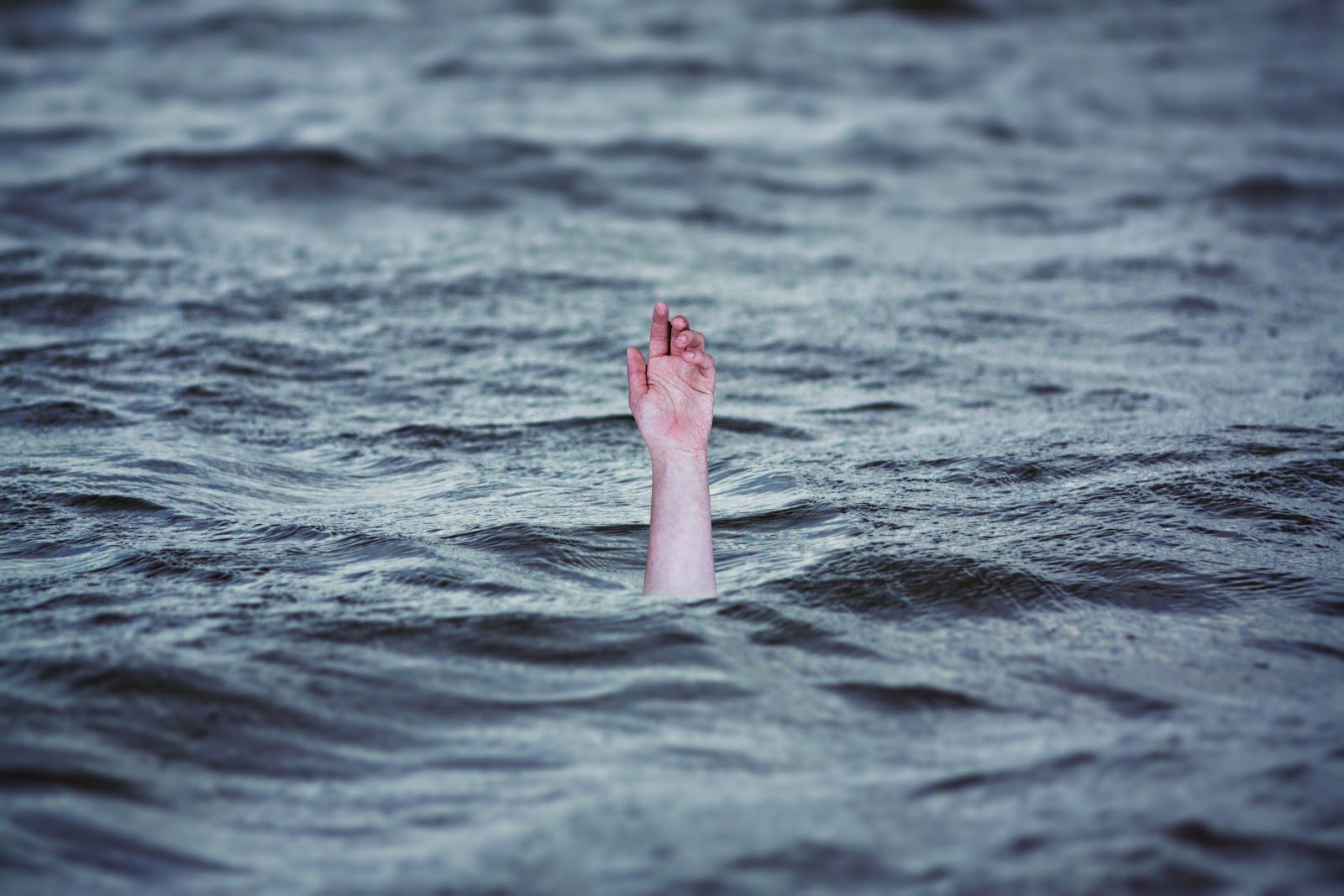 drowning-2049247.jpg